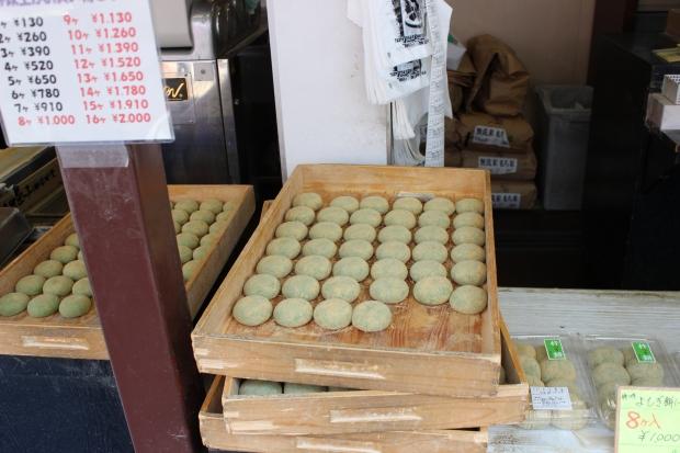 freshly made yomogi daifuku at Nakatanidou