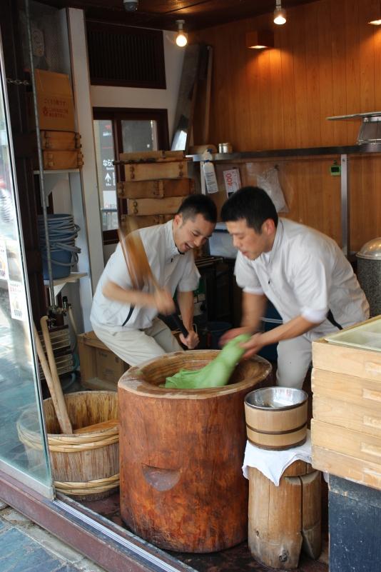 nakatanidou, nara, men pounding yomogi mochi